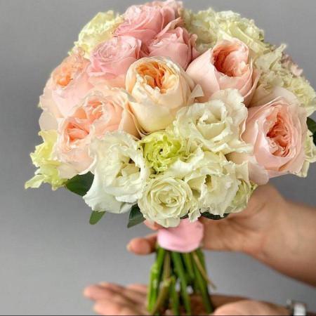 БУКЕТ из пионовидных роз и кружевного лизиантуса.